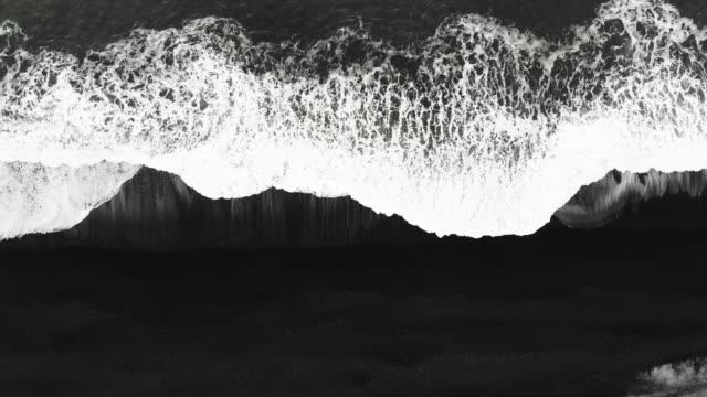 luftaufnahme von schönem schwarzen sandstrand und wellen in island - kontrastreich stock-videos und b-roll-filmmaterial