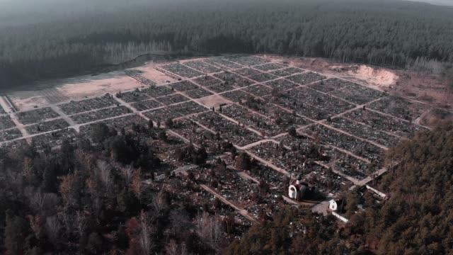 vídeos y material grabado en eventos de stock de vista aérea del cementerio rodeado de bosque. drone volando sobre el cementerio. imágenes de drones aéreos del cementerio por bosque. el dron vuela sobre el cementerio local del pueblo. - árboles genealógicos