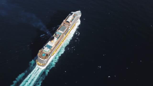 黒海で見事なクルーズ船の空中トップビュー。株式。アッパーデッキに人を乗り込んだ大型クルーズ船、バスケットボール場のあるスイミングプール ビデオ