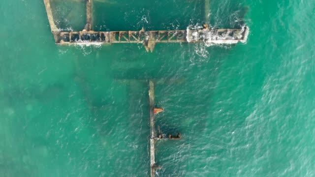 satellitvy över resterna av ett gammalt metall skepp i grunt vatten - skrov bildbanksvideor och videomaterial från bakom kulisserna