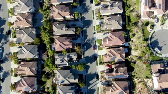 vidéos et rushes de vue supérieure aérienne du voisinage supérieur de classe moyenne avec les maisons résidentielles identiques de lotissement - hlm