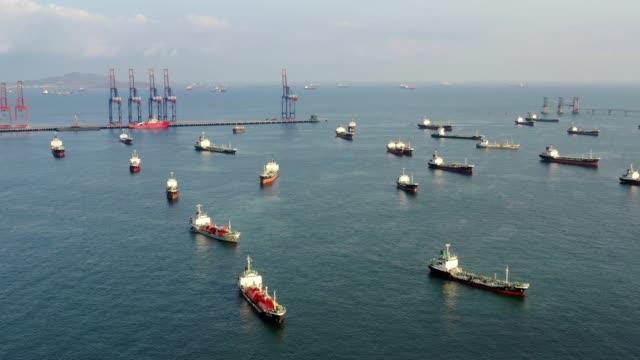 vídeos de stock, filmes e b-roll de navio de petroleiro de petróleo da vista superior aérea da ponte da refinaria para o transporte no mar. - navio tanque embarcação industrial