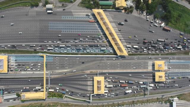 多くの車両が通過し、手数料を支払う高速道路の通行口の上空のトップビュー ビデオ