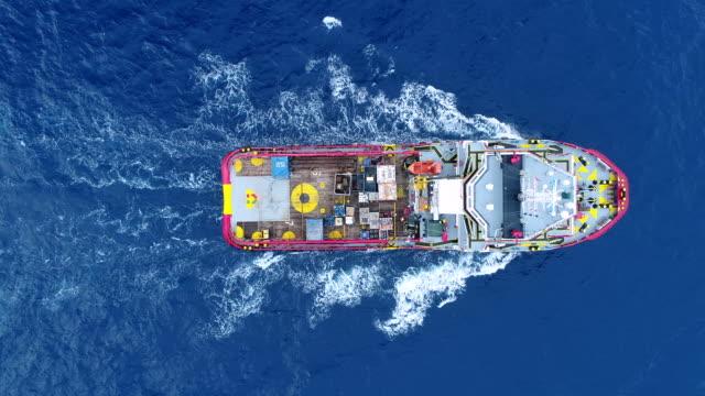 stockvideo's en b-roll-footage met aerial top view schip op de zee voor transport brandstof en macht concept - raffinaderij