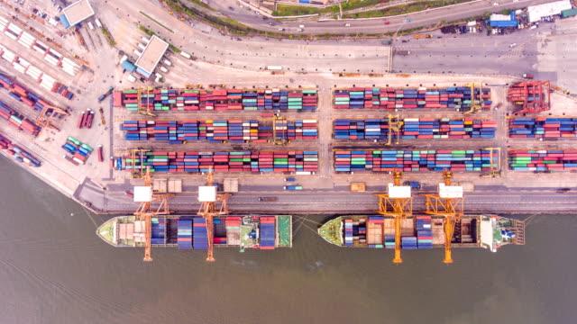 översta flygfoto time-lapse, containerfartyg i hamnen, international cargo port - skrov bildbanksvideor och videomaterial från bakom kulisserna