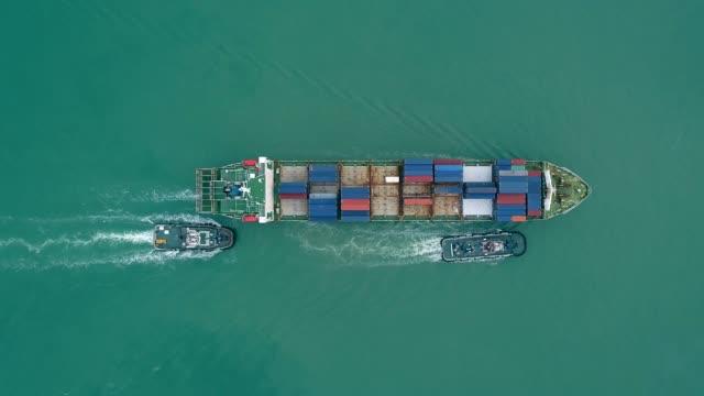 vídeos de stock e filmes b-roll de aerial top view tug boat drag container ship to seaport for logistics shipping, import export or transportation. - transatlântico