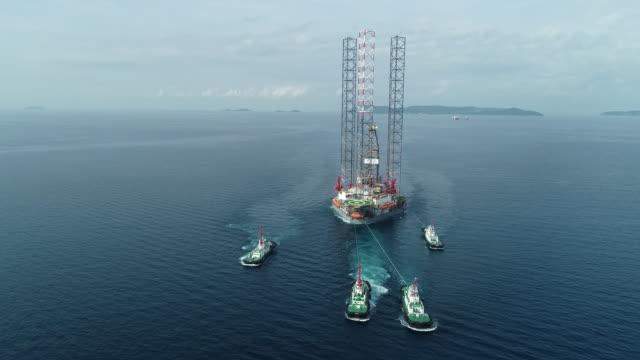 stockvideo's en b-roll-footage met bovenaanzicht sleepboot sleep olietanker schip van raffinaderij brug voor transport op de zee - gas