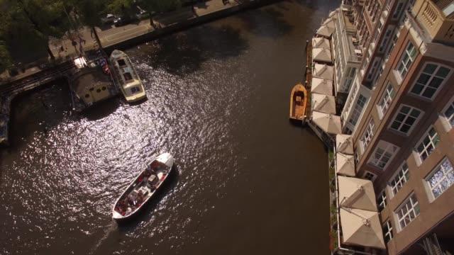 antenn. tour båtar på vattenkanal i amsterdam. 4k - drone amsterdam bildbanksvideor och videomaterial från bakom kulisserna