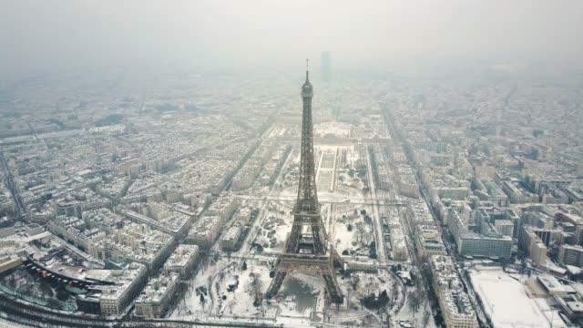 aerial tour eiffel, paris under snow. - parigi video stock e b–roll