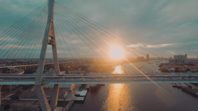 luftaufnahme der verkehr an der bhumibol bridge - brücke stock-videos und b-roll-filmmaterial