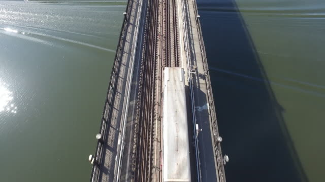 vídeos de stock, filmes e b-roll de metrô de moscou de antena trânsito rio ponte - transporte ferroviário