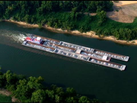 widok z lotu ptaka holownik & barges - długość klipa filmów i materiałów b-roll
