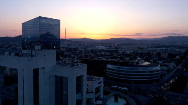 空から見た夕暮れの都会の景観 - マルチコプター点の映像素材/bロール