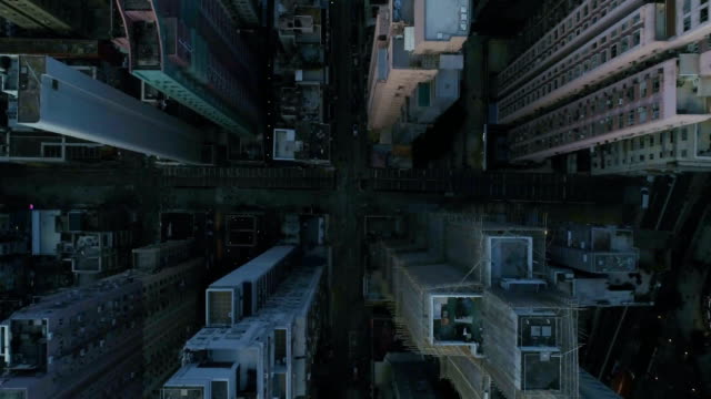 vídeos de stock e filmes b-roll de aerial vertical overhead rooftop view of center of hong kong city skyscraper buildings - obras em casa janelas