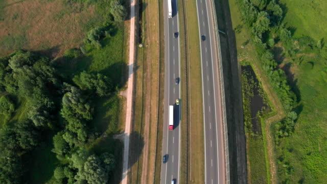 vídeos y material grabado en eventos de stock de tiro vertical aérea. conducir por la carretera de coches. tráfico en la carretera. imágenes de 4k de abejón - polonia