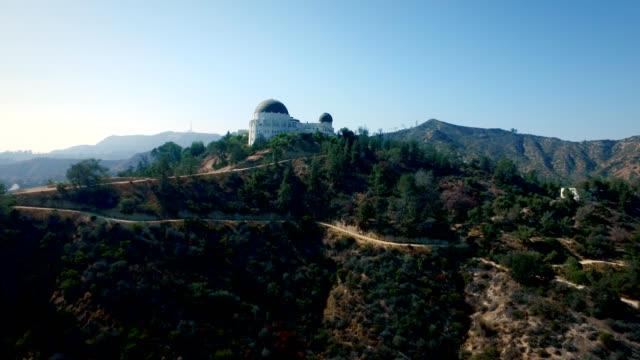aerial vertikala spår av griffith observatory i los angeles kalifornien - hollywood sign bildbanksvideor och videomaterial från bakom kulisserna