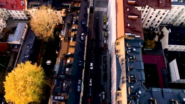 vertikala flygfoto över skyskrapor och gator med bilar och trafik i helsingfors. färgglada byggnader toppar, helsingfors - drone helsinki bildbanksvideor och videomaterial från bakom kulisserna