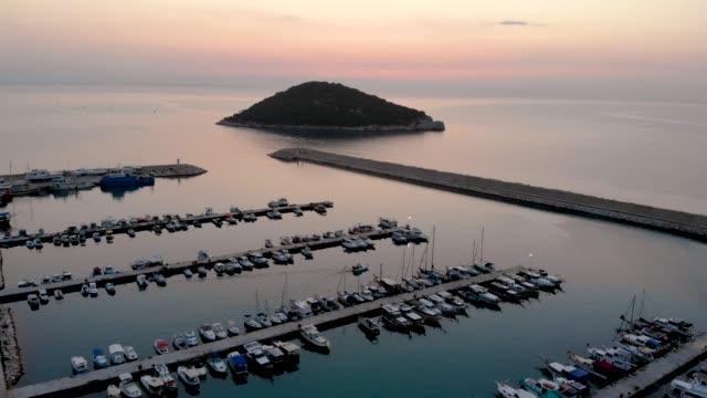 vídeos de stock, filmes e b-roll de vídeo aéreo antalya and harbour - marina