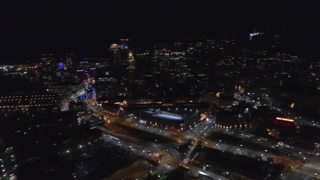 vídeos de stock, filmes e b-roll de vídeo aéreo de boston à noite - quadricóptero