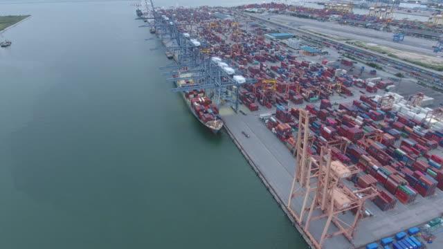 夕暮れ時の国際貨物港の航空ビデオ、コンテナ、船舶 ビデオ