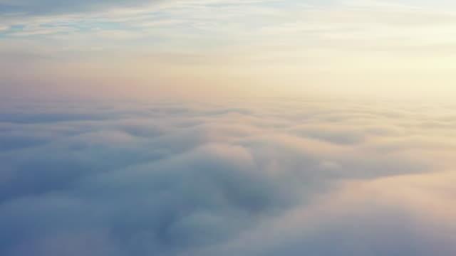 空中視頻黎明在雲上無人機拍攝 - 清新 個影片檔及 b 捲影像