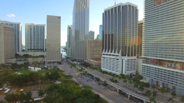 aerial video центра майами - деловой центр города стоковые видео и кадры b-roll