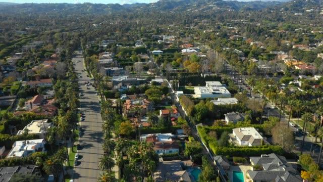 vídeos de stock e filmes b-roll de aerial video luxury california mountain mansions beverly hills - mansão imponente