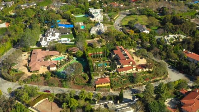 vídeos de stock e filmes b-roll de aerial video luxury mansions hollywood la california bel air - mansão imponente