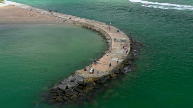 havadan video miami beach bal harbour giriş ve bir drone ile çekilen balıkçı iskelesi - dalgakıran stok videoları ve detay görüntü çekimi