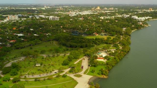 aerial video morningside park miami biscayne bay - побережье мексиканского залива сша стоковые видео и кадры b-roll