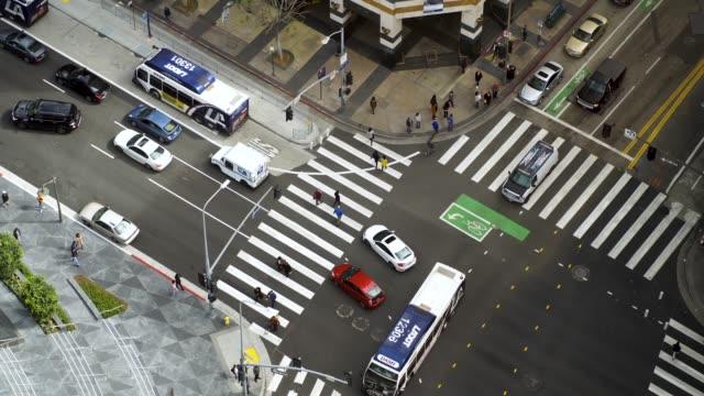 vidéos et rushes de vidéo aérienne d'une intersection occupé de la/concordance - images 4k - carrefour