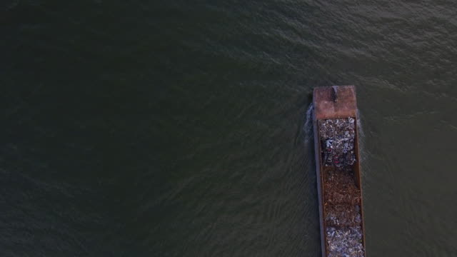 aerial video of a garbage barge on the hudson river - chiatta video stock e b–roll