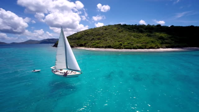aerial video of a sloop sailing through the caribbean - segling bildbanksvideor och videomaterial från bakom kulisserna