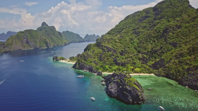 aerial video of boats in star beach, palawan, philippines - parco nazionale video stock e b–roll