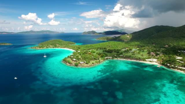 공중 동영상 of caneel 베이, st.john, 미국령 버진 제도 - 섬 스톡 비디오 및 b-롤 화면