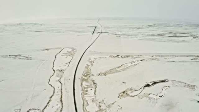 冬の田舎道を通って車の運転の空中ビデオ - 人里離れた点の映像素材/bロール