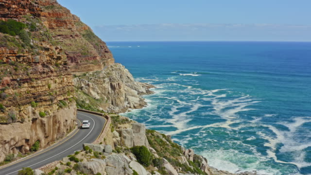 aerial video of chapman's peak drive - viaggio su strada video stock e b–roll