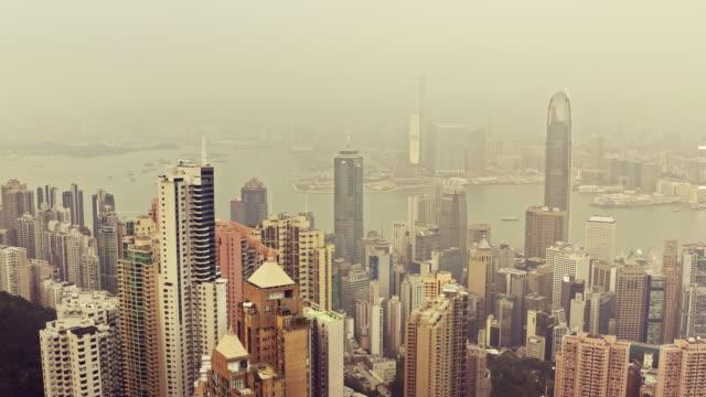 aerial video von hong kong an einem nebligen tag - wahrzeichen stock-videos und b-roll-filmmaterial
