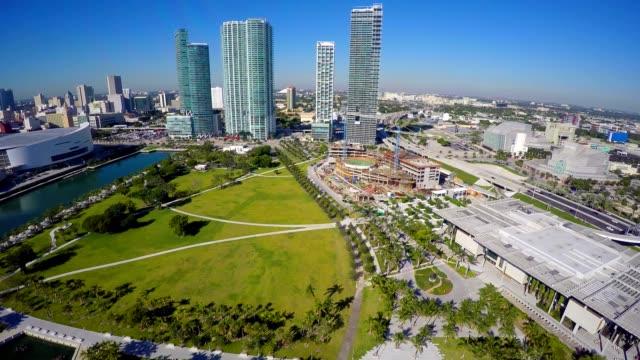 空撮ビデオのマイアミのダウンタウンの博物館公園 - ヘリコプター点の映像素材/bロール