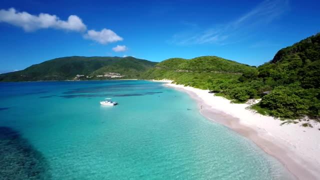 vídeos y material grabado en eventos de stock de vista aérea de la bahía de savannah, virgen gorda, islas vírgenes británicas - caribe