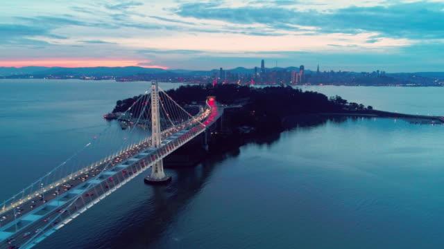 vídeos de stock e filmes b-roll de aerial video of the bay bridge and san francisco skyline - ponte