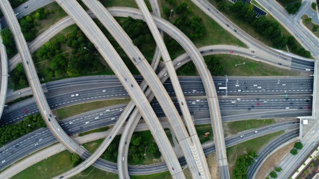 vídeos de stock, filmes e b-roll de vídeo aéreo na parte superior de junções da estrada da estrada - entroncamento estrada