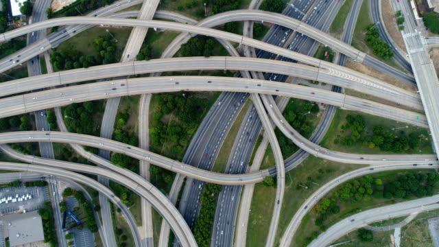 vídeos de stock, filmes e b-roll de vídeo aéreo na parte superior de junções da estrada da estrada - estrada principal estrada