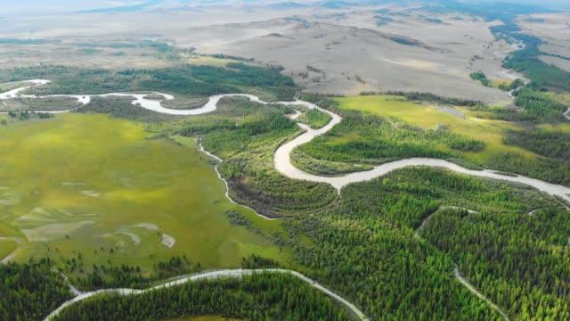 vídeos de stock e filmes b-roll de aerial video over river chuya in the kurai steppe - sibéria