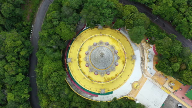 luftbild-pagode am berg, thailand. - pagode stock-videos und b-roll-filmmaterial