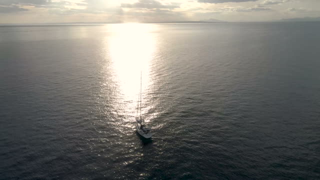 vídeos de stock e filmes b-roll de aerial video with sailboat drone in the mediterranean at sunset_spain - regata