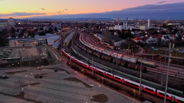 vídeos de stock, filmes e b-roll de trem de viev aéreo ws movendo-se através da paisagem da cidade - áustria