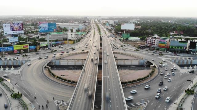 vidéos et rushes de vue aérienne 4 voies route cercle d'arrêt ou le trafic d'intersection le soir pour le concept de transport - wagon
