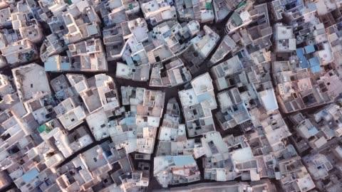 vídeos de stock e filmes b-roll de aerial view 4k video by drone of blue city village in jodhpur, rajasthan, india - aldeia