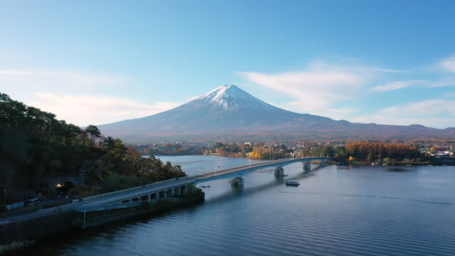 vidéos et rushes de vue aérienne 4k vidéo par drone du mont fuji et pont au lac kawaguchi, japon. - fuji yama
